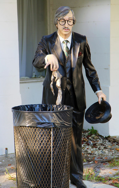 Seward Johnson statue of a gentleman with a rag