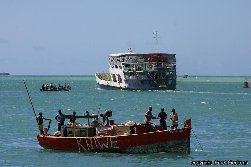 T.01_20.Dar Es Salaam_Veerboot naar Zanzibar en vissers.jpg