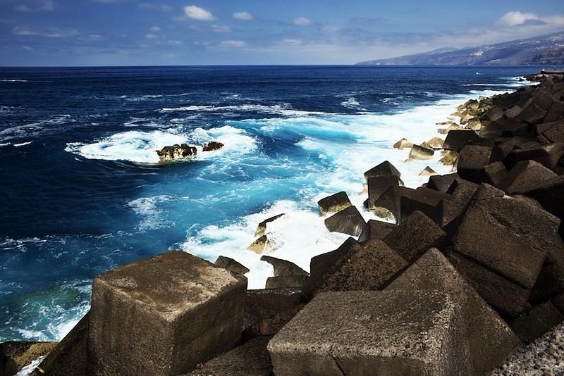 Vlnolam Puerto de la Cruz. Ano, už několikátá fotografie, ale fascinoval mě jak příboj, tak barva vody.