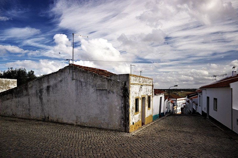 Takové klasické portugalské uličky, kterými jsme nahoru na vyhlídku přijeli. Jsou ještě užší a strmější, než to vypadá na fotce.