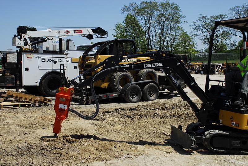 NPK PH07 hydraulic hammer on Deere mini excavator (47).JPG