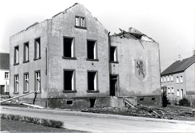 bilder_vom_abbriss_obere.alte.schule_erbaut1870_abgerissen1971 (1).jpg