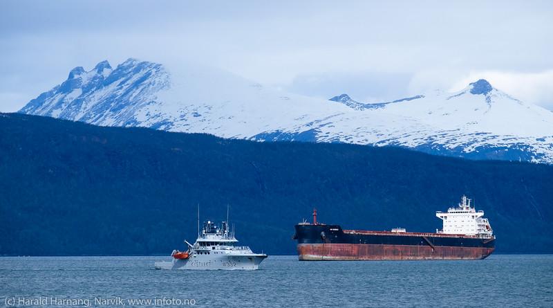 Malmskipet AM Quebec, dwt: 81761 t, 229 m × 32 m, byggeår: 2013. I forgrunnen Kystvaktskipet KV Heimdal, dwt: 388 t, 47.2m × 10.39m, byggeår: 2007. Like utenfor Framnesodden 13. mai 2016.