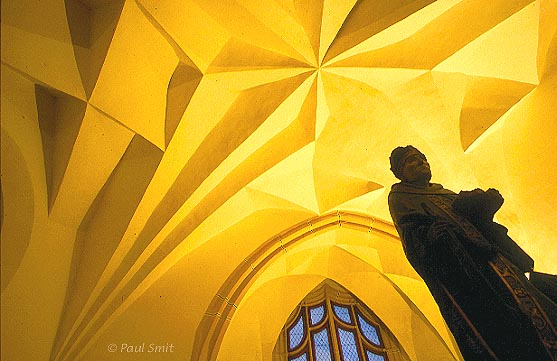 [GERMANY.SACHSEN 7297] 'Vaults like origami.' Ribless cellular vaults cover the halls of the Albrechtsburg in Meißen. In 1525 architect Arnold von Westfalen had nearly completed the construction of the castle. In the final stage he got the brilliant idea to leave out the ribs that the arches usually were anchored on. The vaults were to be self-supporting. This enabled faster building if the masons were very experienced. The result was a web of cell-vaults, unfolding in different patterns in each hall and looking like Japanese origami, elegant and seemingly weightless. Photo Paul Smit.