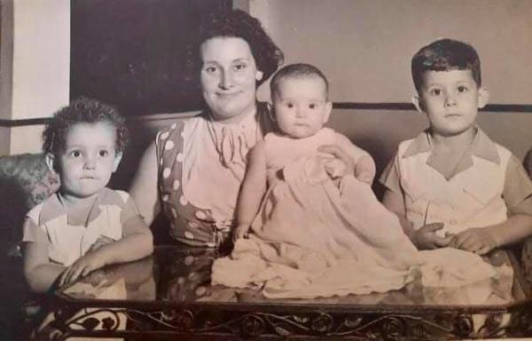 Monserrate Canhão Veloso com 3 filhos