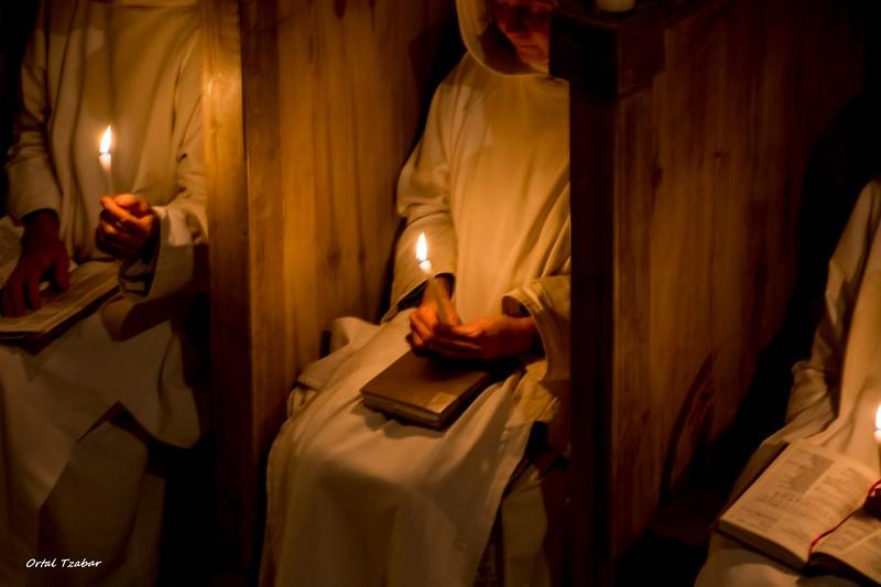 נזירות נרות.jpg