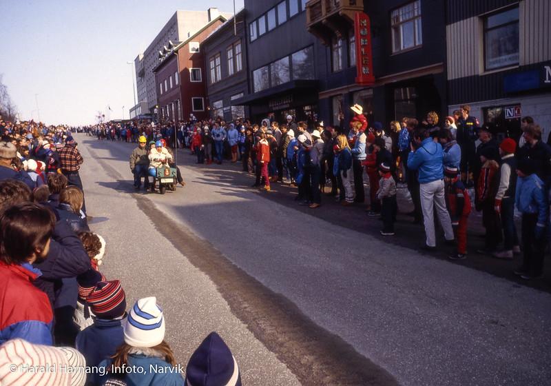 Bilde fra Vinterfestuka, ikke klart årstall. Det kan ha vært tidlig 80-tall. Ola-bil-løp i Kongens gate fra Grand til Kreditkassen. Dette er trolig kommunens bidrag. Litt usikert men det kan være Geir Ketil Hansen helt til venstre
