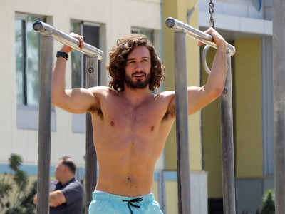EXC: Topless Joe Wicks Shows Off Muscles + Chats To Girls
