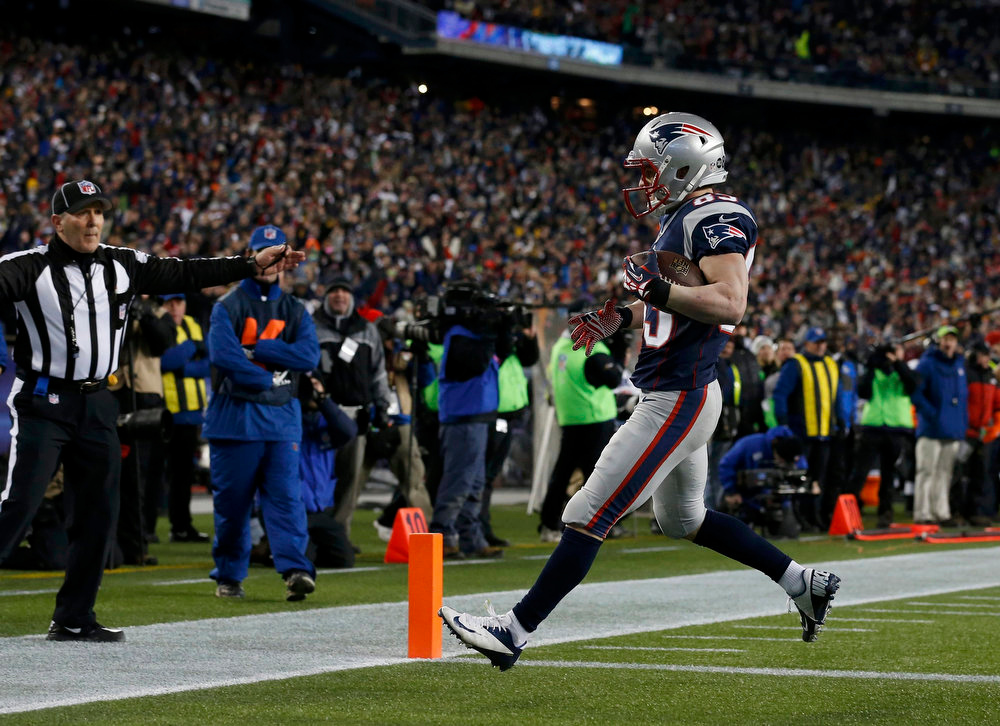 . New England Patriots wide receiver Wes Welker scores a first half touchdown against the Baltimore Ravens in the NFL AFC Championship football game in Foxborough, Massachusetts, January 20, 2013. REUTERS/Jim Young