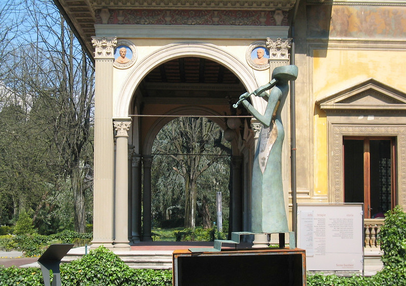 Violin_statue.jpg