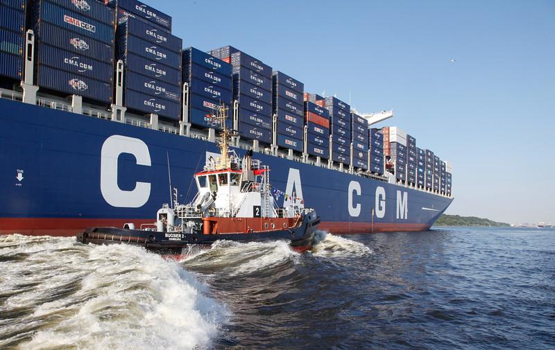 Schlepper Bugsier 2 vor Containerschiff