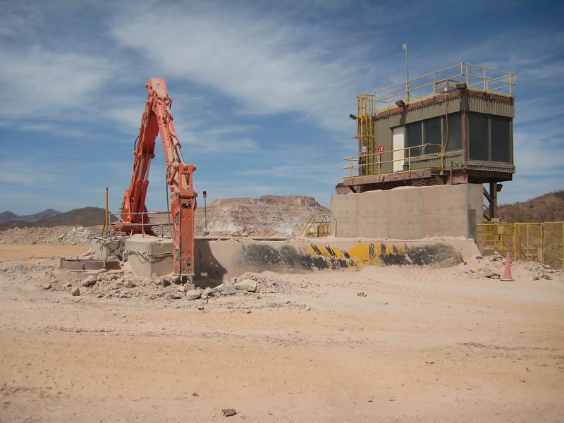 NPK B7500 pedestal boom system with GH10 hydraulic hammer-rock breaking (1).jpg