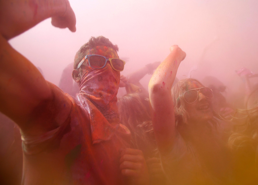 . Participants dance and throw colored chalk during the Holi Festival of Colors at the Sri Sri Radha Krishna Temple in Spanish Fork, Utah, March 30, 2013.  REUTERS/Jim Urquhart