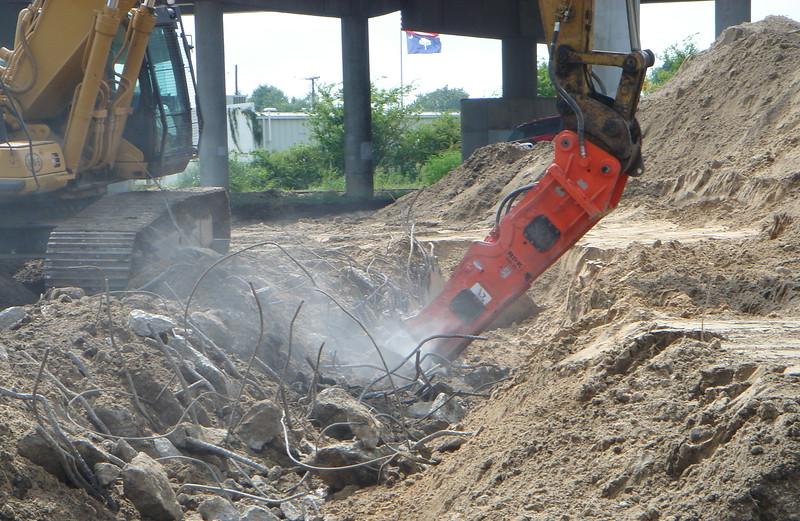 NPK GH15 hydraulic hammer on Testa excavator (2).JPG