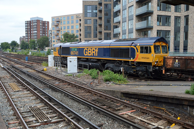 66741 passes East Croydon 1538/6G12 Purley-Eastleigh engineers train.