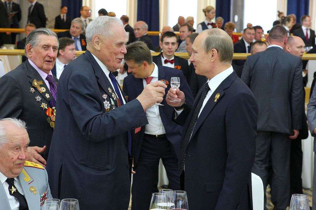 . Russian President Vladimir Putin (R) toasts with a veteran during a reception to mark Victory Day in the Kremlin May 9, 2013. Russia commemorates the 68th anniversary of the Soviet Union\'s victory over Nazi Germany on May 9.  REUTERS/Mikhail Klimentyev/RIA Novosti/Pool