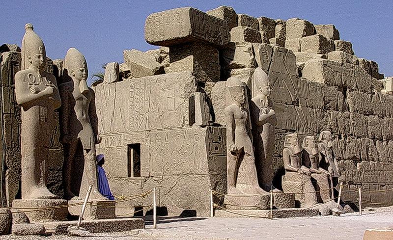 Statuer av Ramses IIs familie i Karnak tempelkompleks (Foto: Ståle)