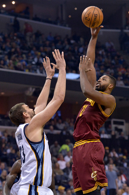 . Cleveland Cavaliers center Tristan Thompson, right, shoots against Memphis Grizzlies center Marc Gasol in the first half of an NBA basketball game Wednesday, Dec. 14, 2016, in Memphis, Tenn. (AP Photo/Brandon Dill)