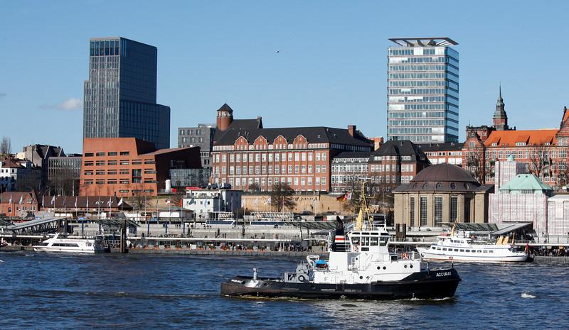 Hafen Hamburg Landungsbrücken Schlepper Accurat im Winter