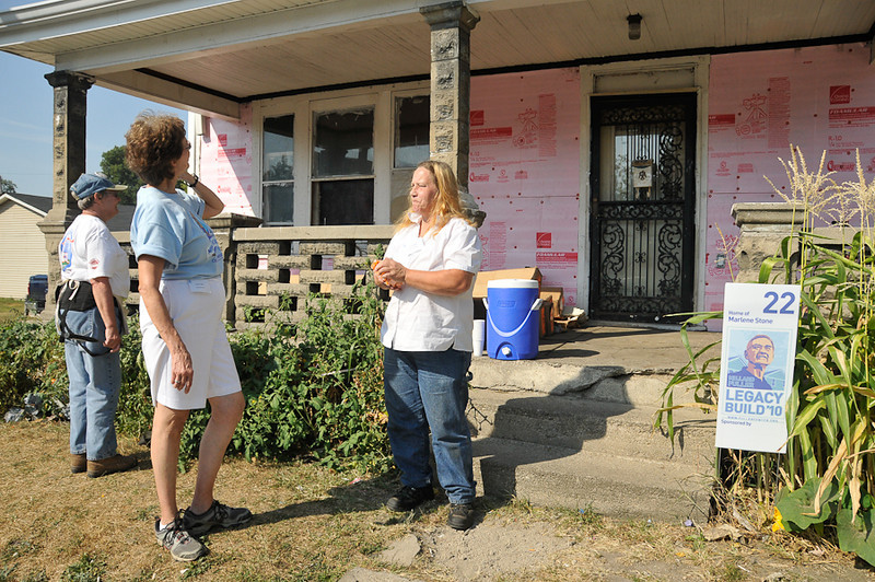 10 09-07  Linda Fuller visits with homeowner Marlene Stone.  mlj