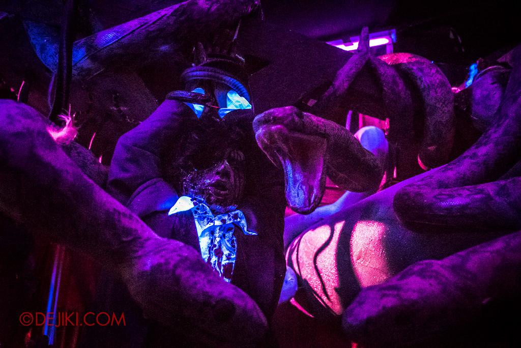 Halloween Horror Nights 6 - Hu Li's Inn / Snake chamber 2 victim