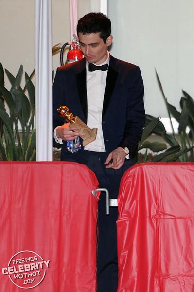 La La Land Director Damien Chazelle Tucks His Golden Globe Under His Arm With Girlfriend Olivia Hamilton
