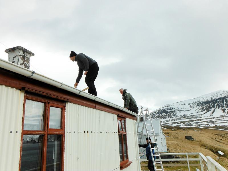 Eyþór og Hagalín upp á þaki, Guðjón með álstigann
