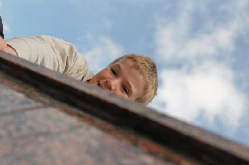Hier w]are die Reise fast schon zu Ende gewesen. Bernd sass vor der Mauer und hat Richard dazu ermutigt, drauf zu springen. Auf de anderen Seite ging es fast 10m runter...