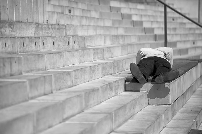 Ein Mann entspannt sich auf den Stufen an der Elbe Hamburgg