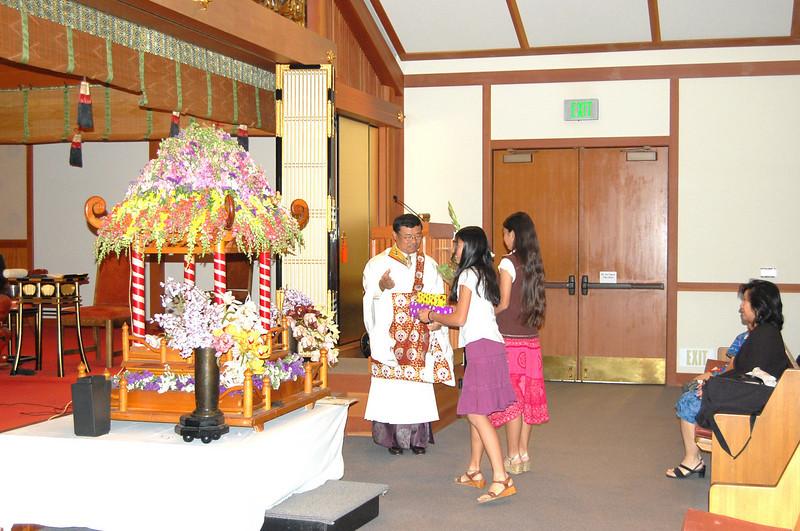 20070418_hanamatsuri_unknown_two girls offering to buddha.jpg