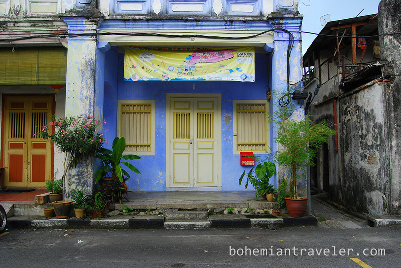 A building facade in Penang.jpg
