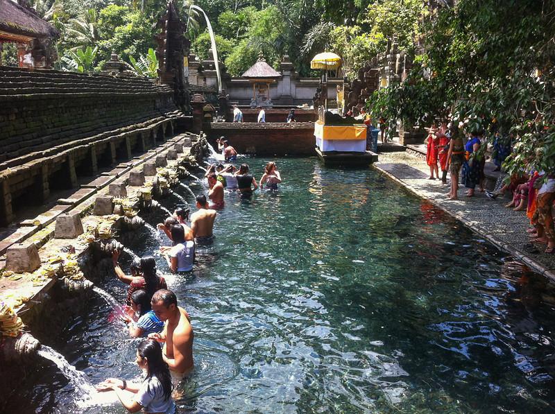 Les bains du temple Tirta Empul à Bali