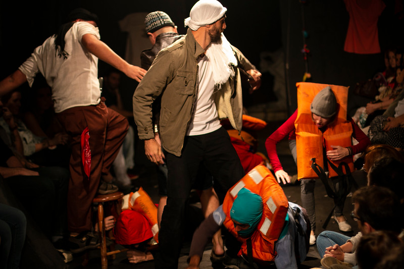 Allan Bravos - Fotografia de Teatro - Indac - Migraaaantes-187.jpg