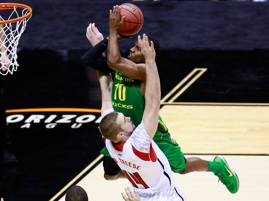 . Oregon Ducks guard Johnathan Loyd (10) goes to the basket against Louisville Cardinals forward Stephan Van Treese (44) in the first half during their Midwest Regional NCAA men\'s basketball game in Indianapolis, Indiana, March 29, 2013. REUTERS/Brent Smith