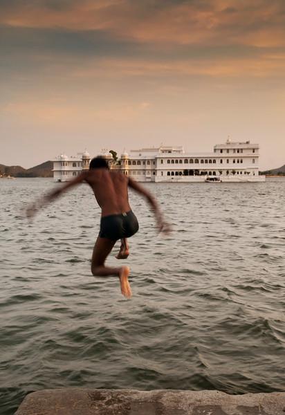 Man jumps into Lake Pichola in udaipur.  Rajasthan, India, 2011.
