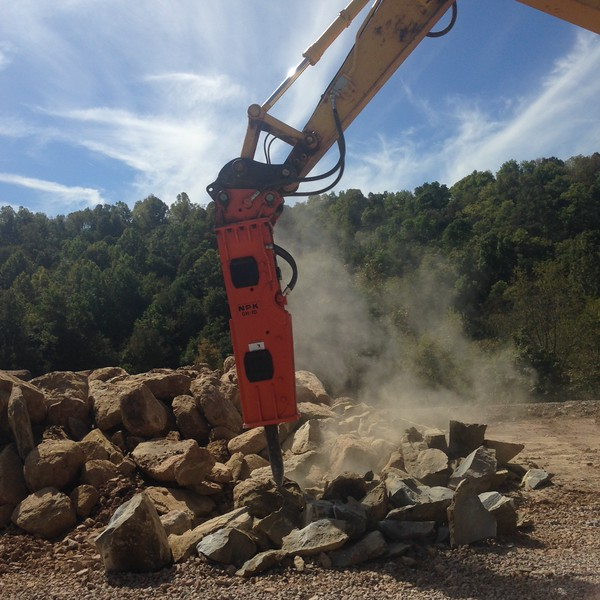 NPK GH10 hydraulic hammer on Komatsu excavator (16).JPG