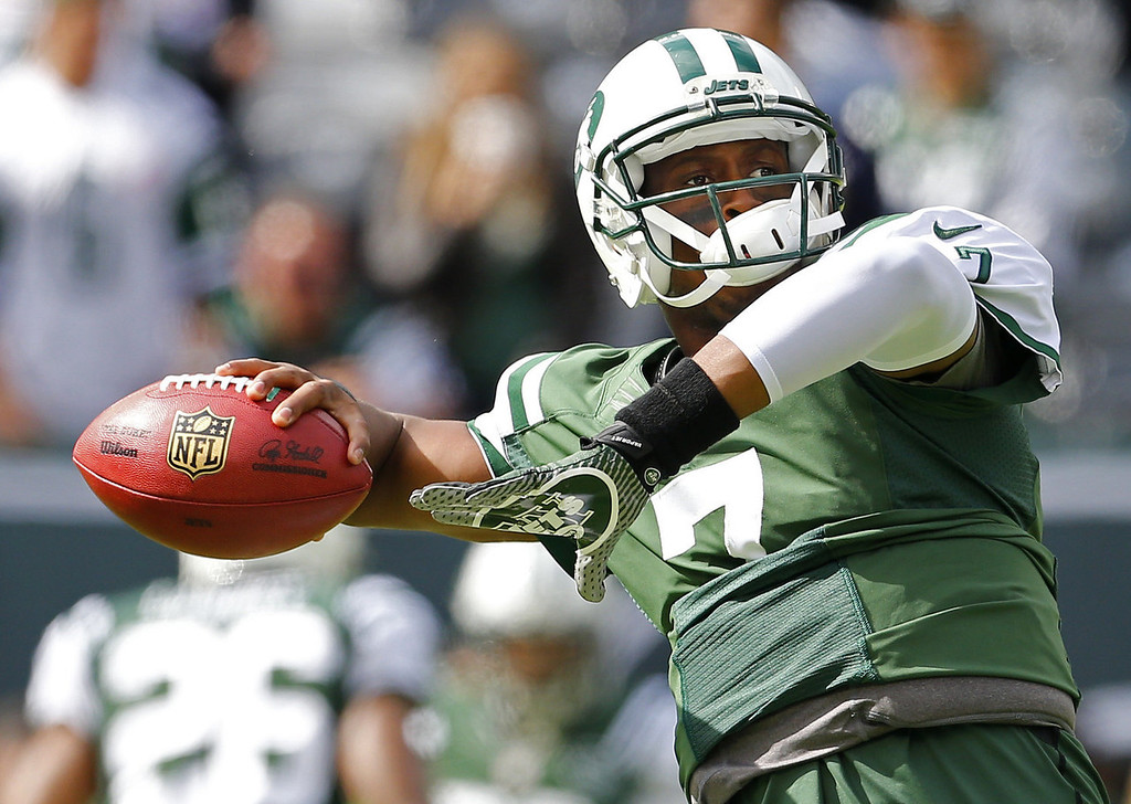. Quarterback Geno Smith #7 of the New York Jets passes during a pregame drill before the start of their game against the Pittsburgh Steelers at MetLife Stadium on November 13, 2013 in East Rutherford, New Jersey. (Photo by Rich Schultz /Getty Images)