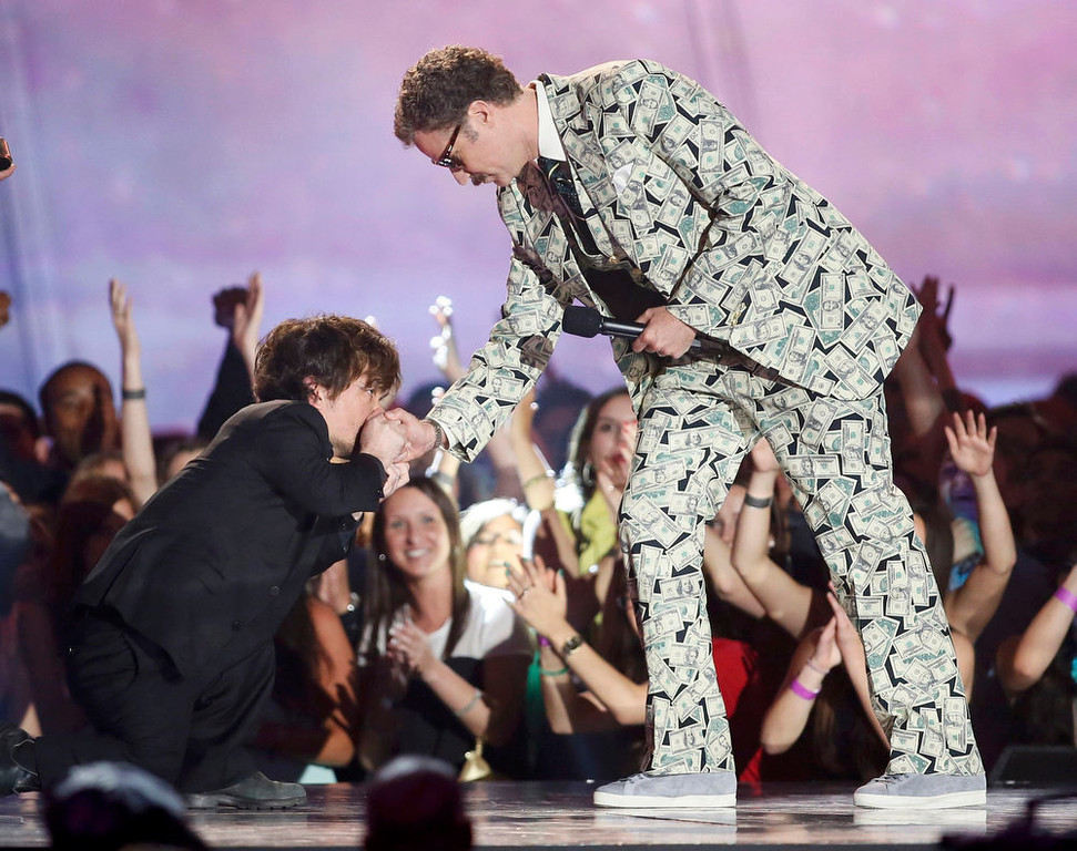 . Actor Peter Dinklage kisses the hand of actor Will Ferrell as he accepts the comedic genus award at the 2013 MTV Movie Awards in Culver City, California April 14, 2013.  REUTERS/Danny Moloshok