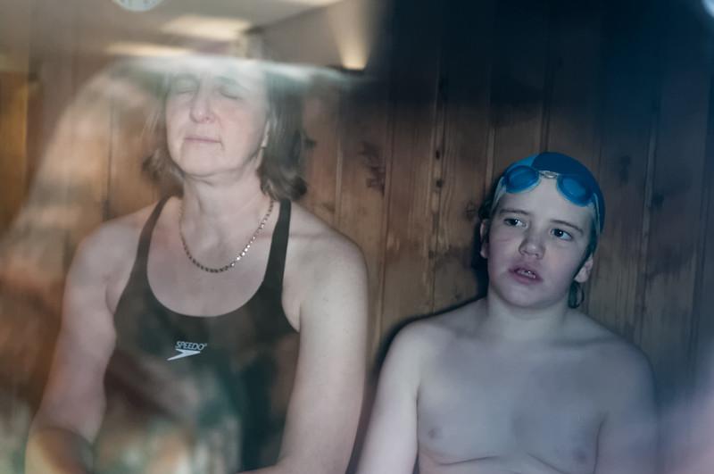 In der Sauna wärmt er sich zusammen mit Helga wieder auf.