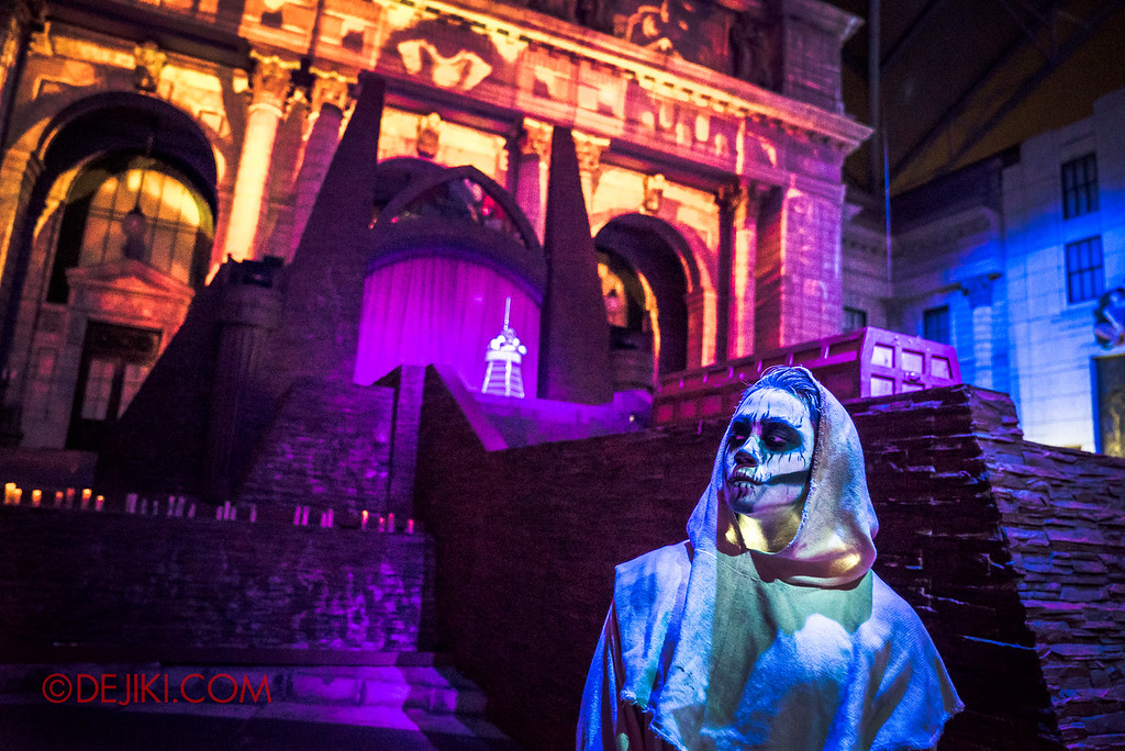 Halloween Horror Nights 6 - March of the Dead scare zone / Monk beside Stage