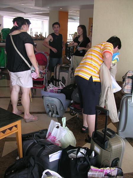 199好多人來回幾趟搬行李.JPG