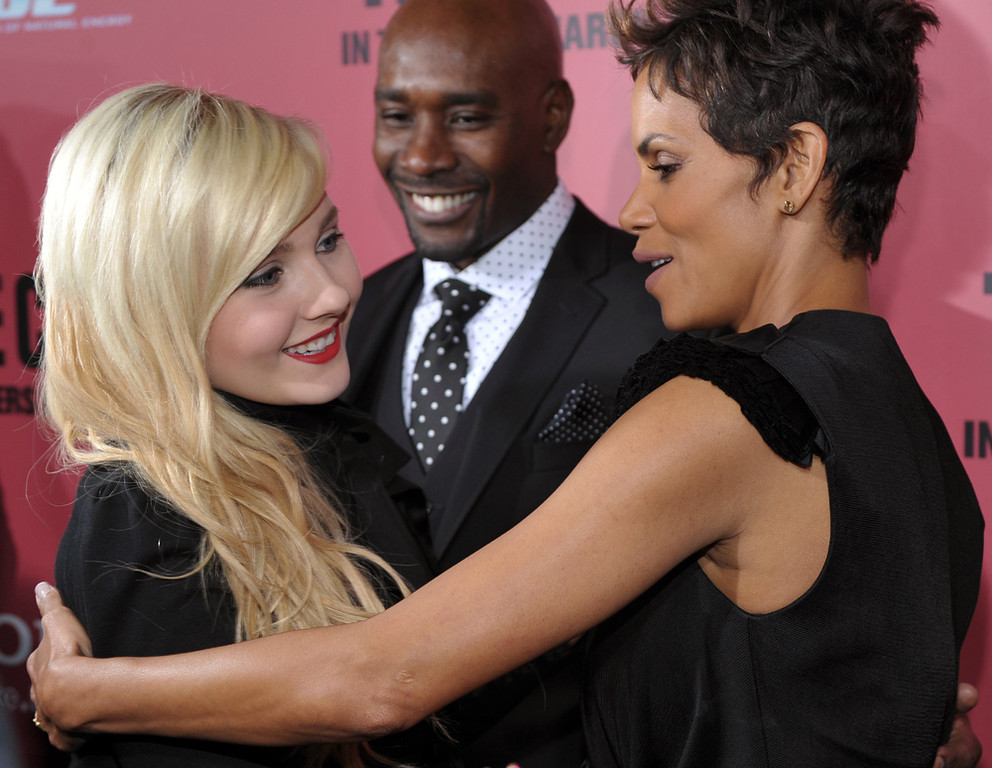 ". Halle Berry, right, and Abigail Breslin, left, cast members in ""The Call,\"" greet each other as fellow cast member Morris Chestnut looks on at the world premiere of the film at the Arclight Hollywood on Tuesday, March 5, 2013 in Los Angeles. (Photo by Chris Pizzello/Invision/AP)"