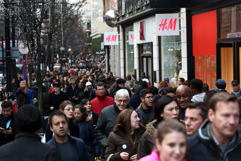 . People carry out last minute shopping on December 24, 2014 in London, England. Up to 800m GBP is expected to be spent in a last minute, Christmas Eve, dash for presents.  (Photo by Carl Court/Getty Images)