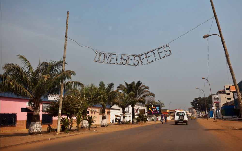 ". An end-of-year sign in French reading ""happy holidays\"" hangs from a largely empty street in the capital Bangui, Central African Republic, Tuesday, Jan. 1, 2013. President Francois Bozize\'s government is coming under growing threat as rebels vowing to overthrow him rejected appeals from the African Union to hold their advance and try to form a coalition government. (AP Photo/Ben Curtis)"