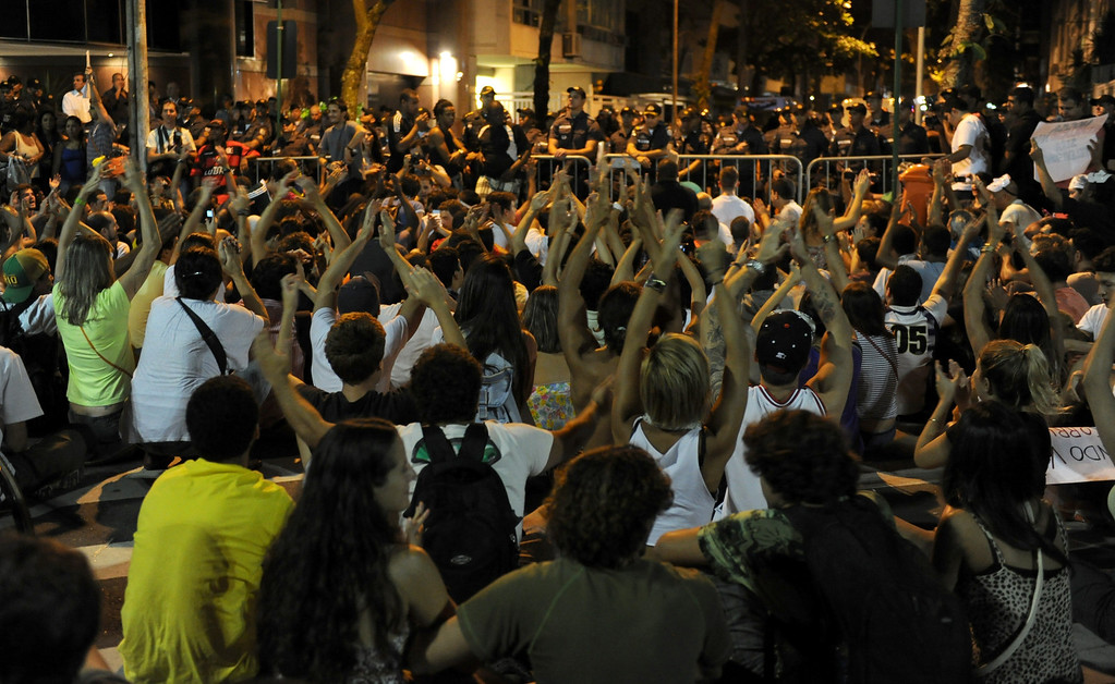 . People gather to protest before the house of Rio de Janeiro governor Sergio Cabral in Leblon, Rio de Janeiro, Brazil on June 21, 2013. .  AFP PHOTO / TASSO MARCELO/AFP/Getty Images