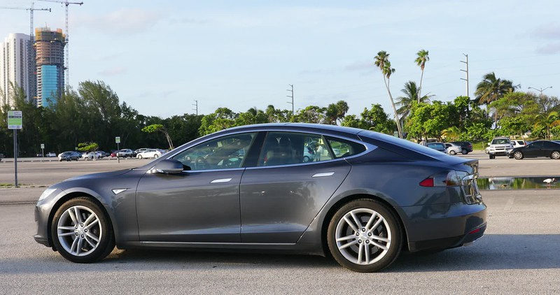 Tesla Model S trunk opening and closing automatically