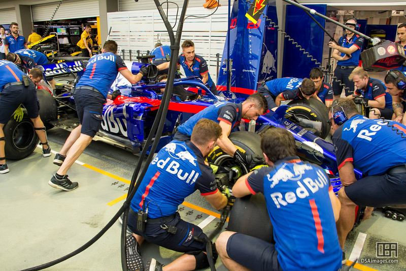 Pratice pit stop on Brendon Hartley's car (Red Bull Toro Rosso H