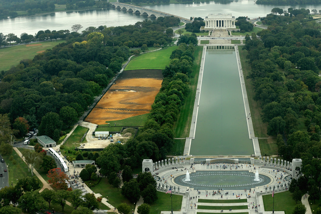 . Cuban-American artist Jorge Rodriguez-Gerada\'s six-acre sand and soil \'facescape\' stretches across the JFK Hockey Field on the north side of the Reflecting Pool along the National Mall October 1, 2014 in Washington, DC. (Photo by Chip Somodevilla/Getty Images)