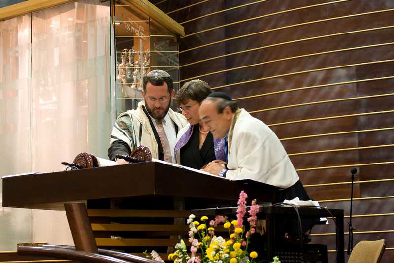 Leesa Fields reads from the new Torah -- Siyum HaTorah -- Beth El's Project 613: Writing a Torah