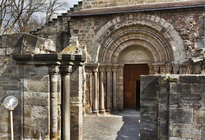 Thalbürgel, ehem. Klosterkirche. Westl. Vorhalle: Blick auf Portal (19. Jh.) von Westen
